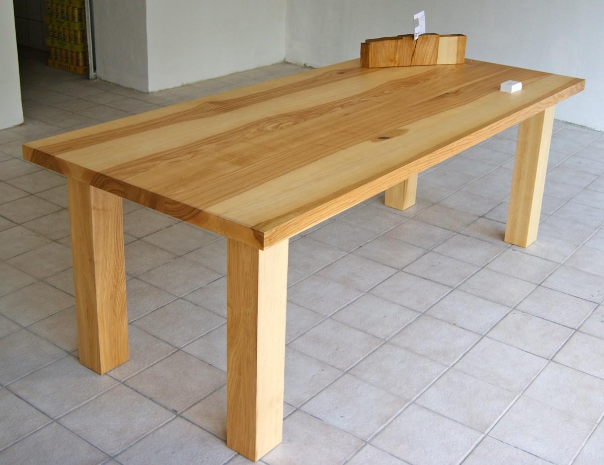 Ein Holztisch aus Braunesche